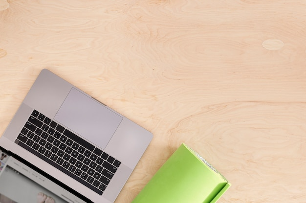 Esporte on-line ou curso de formação conceito vista superior laptop com tapete de ioga no chão de madeira Foto Premium