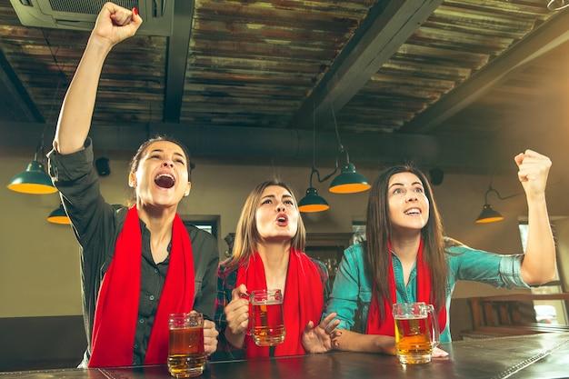 Esporte, pessoas, lazer, amizade, conceito de entretenimento Foto gratuita