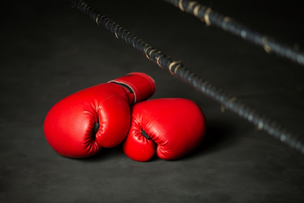 Esportes de boxe vermelho, luva de boxe no ringue de boxe no ginásio Foto Premium