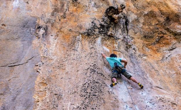 Esportes de escalada são muito populares para os turistas na ilha de railay, krabi, tailândia Foto Premium