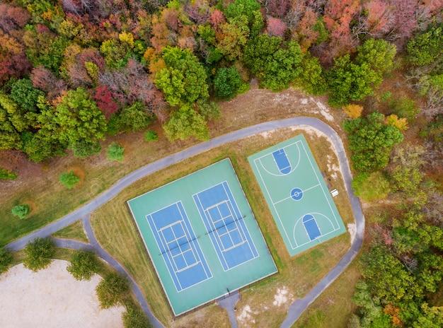 Esportes de exibição de paisagem de outono um campo de jogo de basquete e tênis de altura Foto Premium