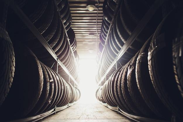 Esportes e transporte pneus produtos de borracha, grupo de pneus novos à venda em uma loja de pneus. Foto Premium