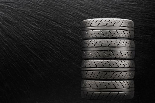 Esportes pneus sobre um fundo preto e embaçado. Foto Premium