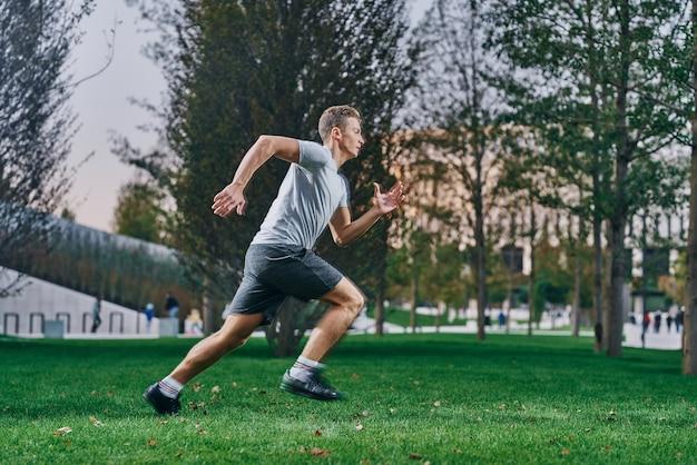 Esportista correndo ao ar livre Foto Premium