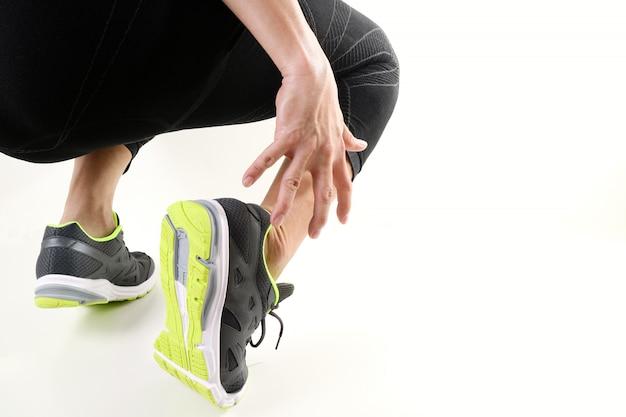 Esportista de corredor segurando o tornozelo em dor com lesão torção articulada torcida executando esporte e atlético homem Foto Premium