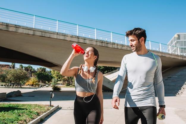 Esportistas confiantes caminhando e curtindo o tempo Foto gratuita