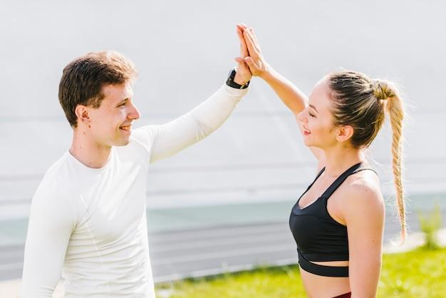 Esportivo casal cumprimentando uns aos outros Foto gratuita