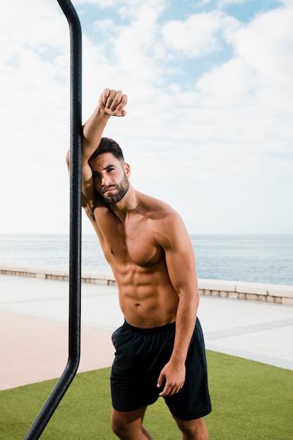 Esportivo homem bonito olhando para a câmera Foto gratuita