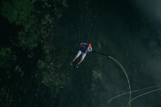 Esportivo homem pulando para a aventura Foto gratuita