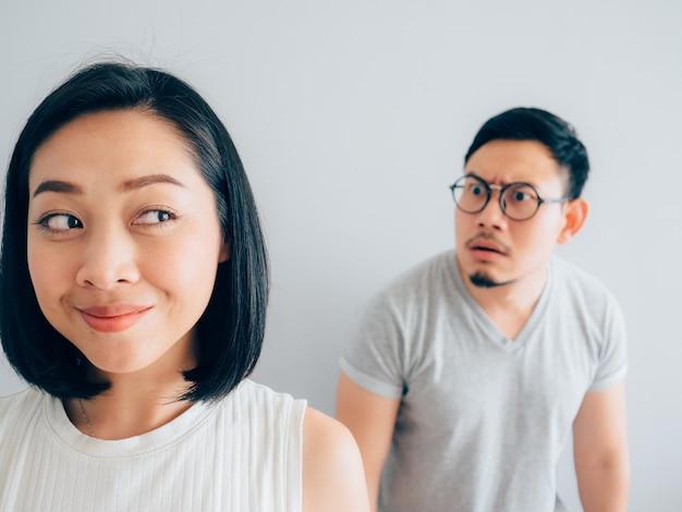 Esposa asiática feliz e marido de perdedor com raiva. Foto Premium