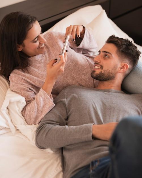 Esposa tirando foto do marido Foto gratuita