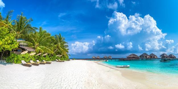 Espreguiçadeira de madeira nas maldivas Foto Premium