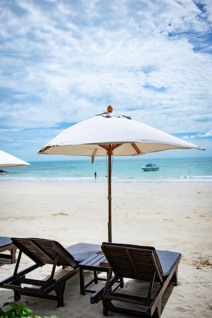 Espreguiçadeiras na praia em koh samet thailand. boas festas conceito Foto Premium
