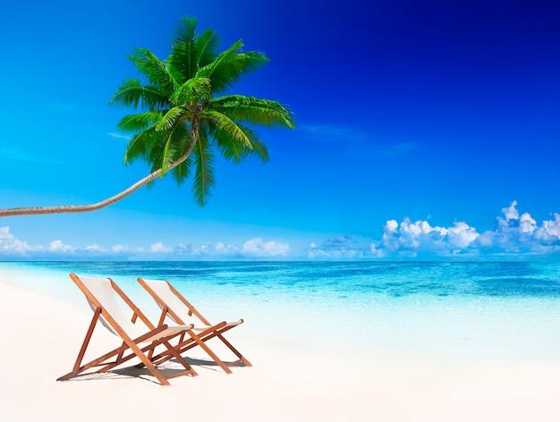 Espreguiçadeiras na praia tropical. Foto Premium