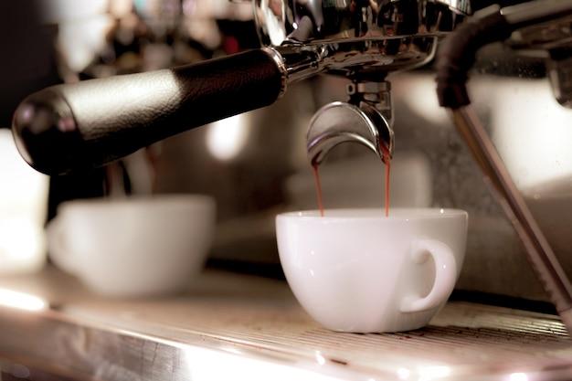 Espresso tiro da máquina de café na cafeteria Foto Premium