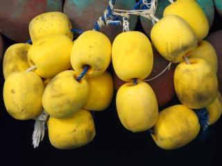 Espuma amarela flutua Foto gratuita