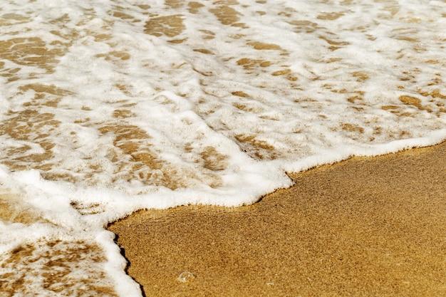 Espuma do mar na areia   Foto Premium