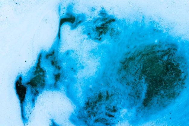 Espuma no líquido azul Foto gratuita