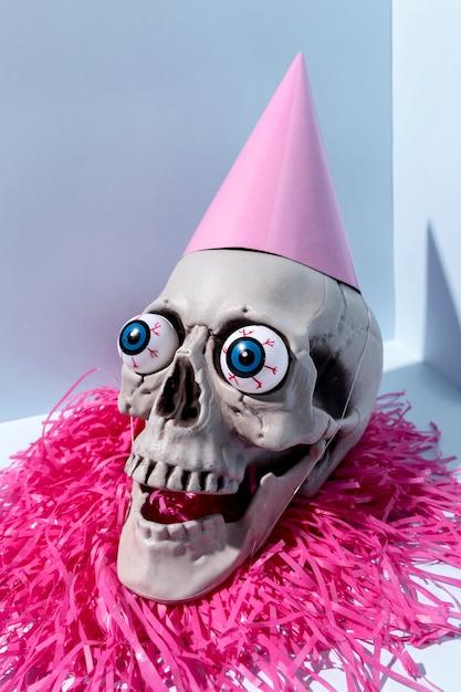 Esqueleto de halloween assustador close-up com confete Foto gratuita