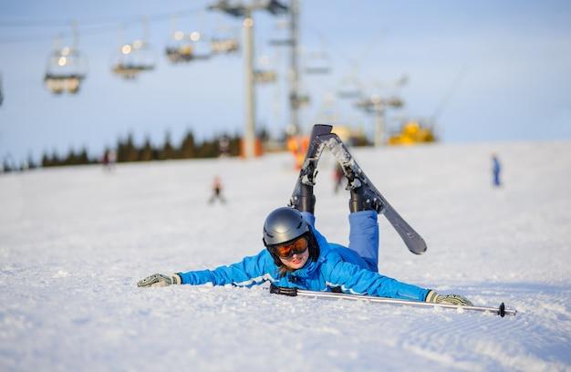 Esquiador jovem depois da queda na encosta da montanha Foto Premium