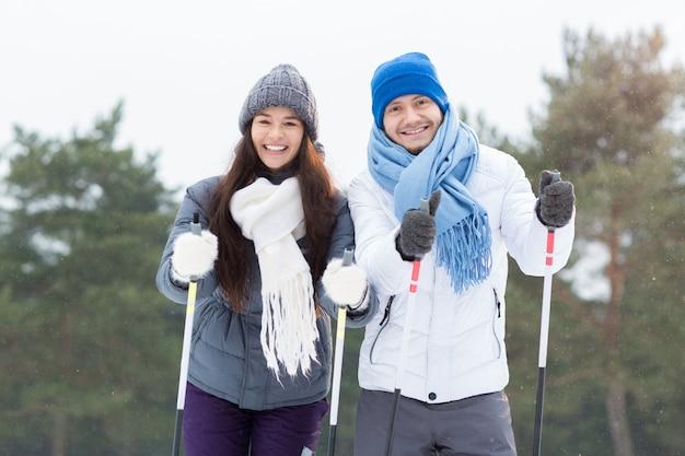 Esquiadores felizes Foto gratuita