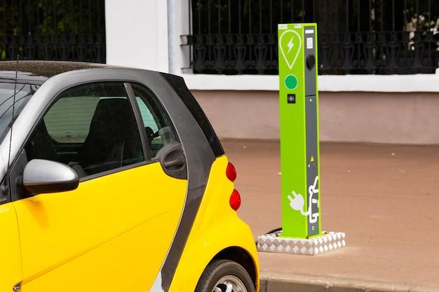 Estação de carregamento de veículos elétricos com tomada para veículos elétricos. pagamento nfc. energia inteligente. o conceito de ecologia e poluição ambiental pelas emissões dos automóveis. Foto Premium