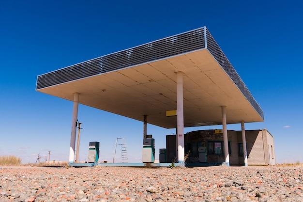 Estação de combustível de parada de caminhão abandonado na estrada velha perto da pequena cidade do texas de sierra blanca Foto Premium