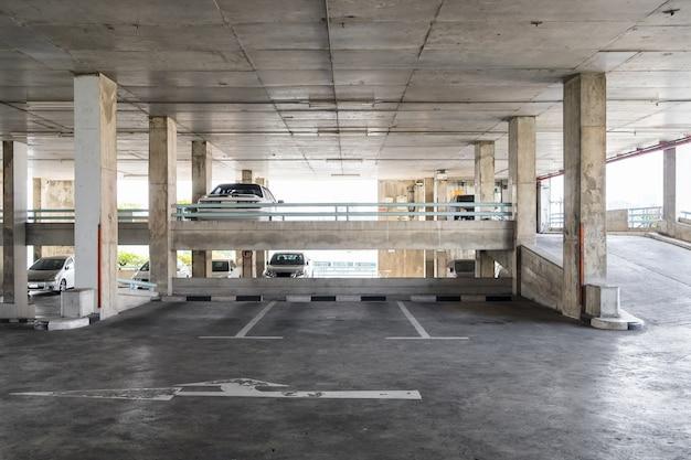 Estacionamento antigo edifício interior Foto Premium
