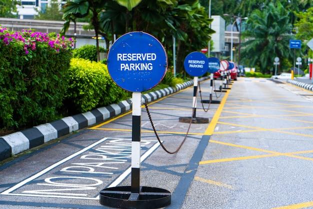 Estacionamento bloqueado por sinais de estacionamento reservados. Foto Premium
