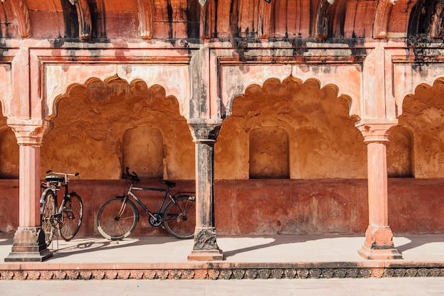 Estacionamento de bicicletas no edifício indiano em estilo islâmico Foto gratuita