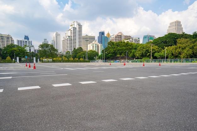 Estacionamento vazio com cidade ao fundo e lindo céu azul Foto Premium