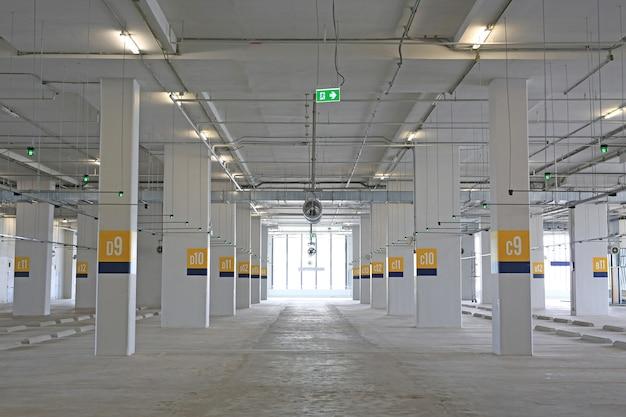 Estacionamento vazio do carro dentro do armazém. Foto Premium
