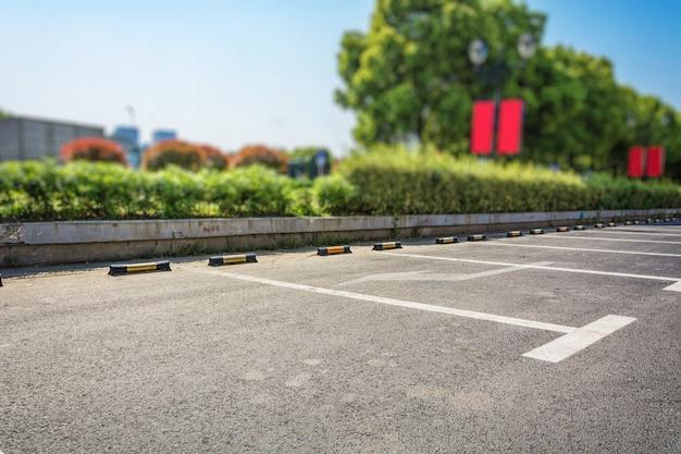 Estacionamento vazio, pista de estacionamento ao ar livre no parque público Foto gratuita