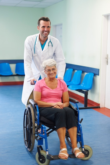 Estamos dando o melhor atendimento médico Foto gratuita