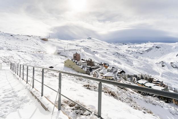 Estância de esqui da serra nevada no inverno, cheia de neve. Foto Premium