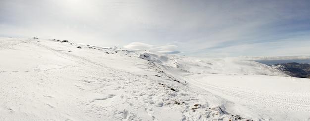 Estância de esqui da serra nevada no inverno Foto Premium