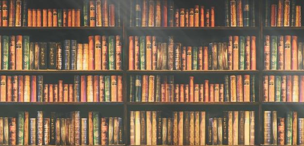 Estante borrada muitos livros antigos em uma livraria ou biblioteca. Foto Premium