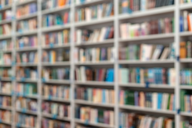 Estantes de biblioteca de ângulo baixo Foto gratuita