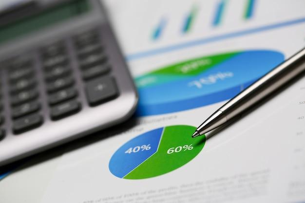 Estatísticas financeiras documentos caneta esferográfica infográficos Foto Premium