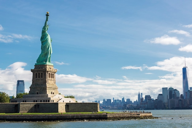 Estátua da liberdade e o horizonte da cidade de nova york, eua. Foto gratuita