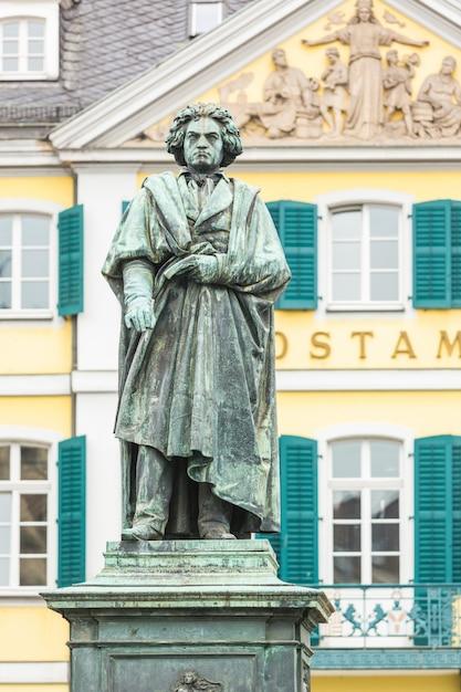 Estátua de beethoven em frente à estação principal de bona Foto Premium
