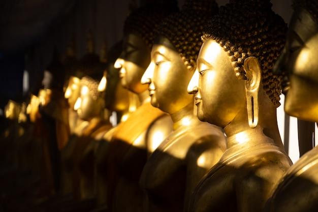 Estátua de buda dourado à luz do sol no templo de wat pra sri mahathat Foto Premium