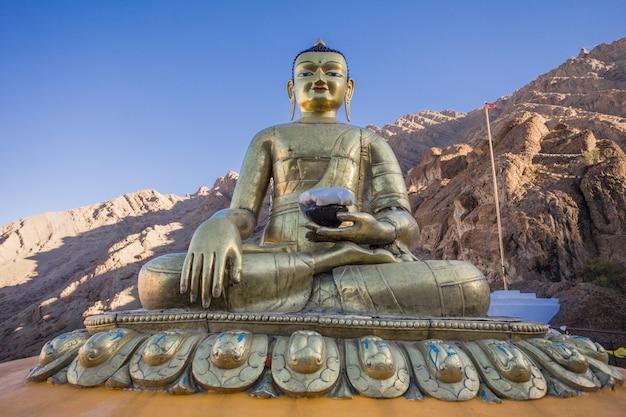 Estátua de buda no mosteiro de hemis Foto Premium