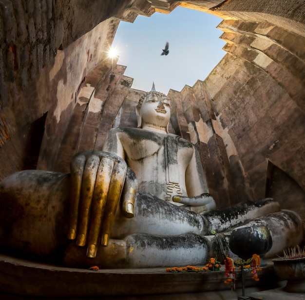 Estátua de buda no templo de wat srichum no parque histórico de sukhothai tailândia Foto Premium