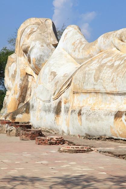 Estátua de buda reclinada gigante ruína Foto Premium