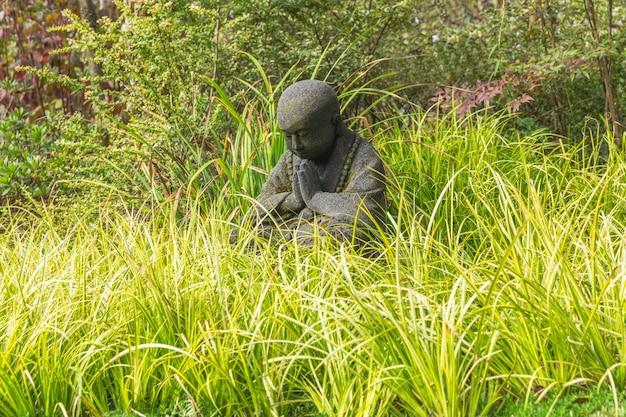 Estátua de criança negra no parque de wuxi nianhuawan Foto gratuita