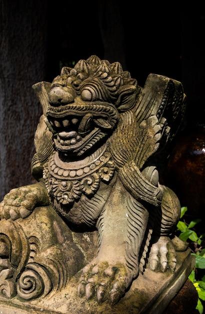 Estátua de leão de pedra de bali Foto Premium