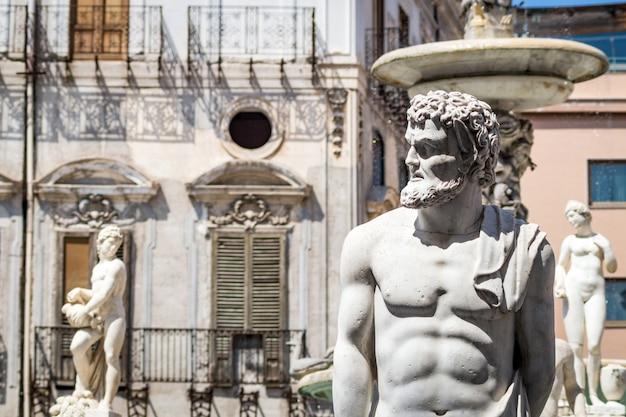 Estátua de mármore na piazza pretoria, palermo, sicília Foto Premium
