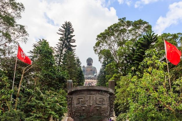 Estátua de tian tan buddha no mosteiro de polin com céu azul, ilha de ngong ping lantau, hong kong Foto Premium