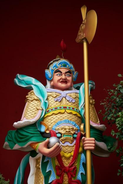 Estátua de um homem com um machado Foto gratuita